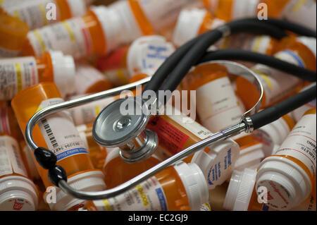 Stéthoscope allongé sur pile de bouteilles de prescription Banque D'Images