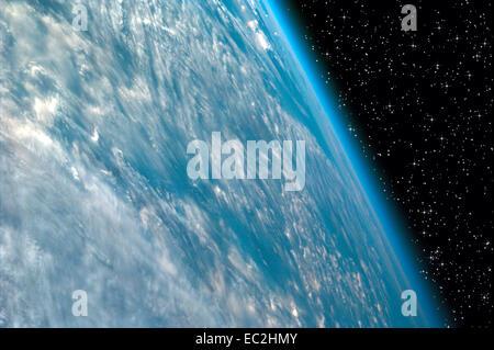 Vue de la Terre à partir de la Station spatiale internationale sur la nuit étoilée Banque D'Images