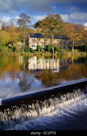 UK,Derbyshire, Peak District,Bamford Weir sur la rivière Derwent Banque D'Images