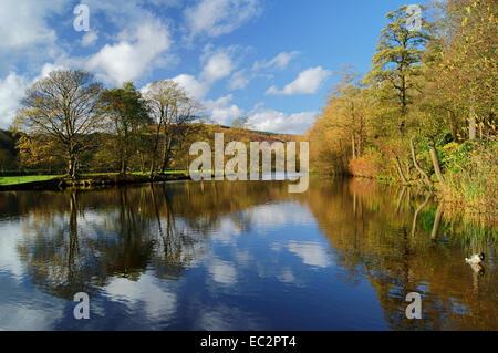 UK,Derbyshire, Peak District,Bamford,rivière Derwent Réflexions Banque D'Images