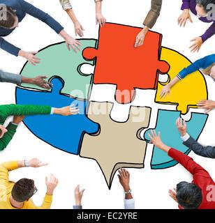 Les gens d'affaires formant un Puzzle Bulle Banque D'Images