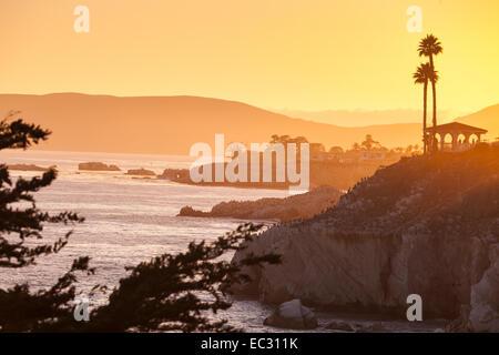 Gazebo sur ocean bluff au coucher du soleil, Margo Dodd Park, Pismo Beach, Californie, États-Unis d'Amérique Banque D'Images