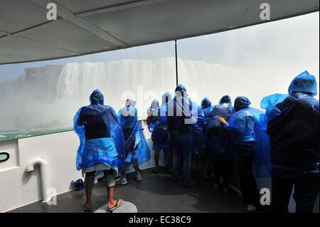 Les touristes dans les imperméables sur le bateau d'excursion Maid of the Mist, Horseshoe Falls, Niagara Falls, Banque D'Images