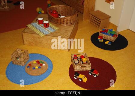 Jouets en plastique dans une chambre d'enfants prêts à jouer avec Banque D'Images