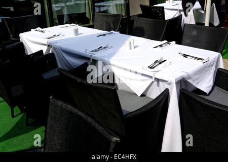 Tableau blanc noir, couvrant l'extérieur pour 8 personnes Banque D'Images