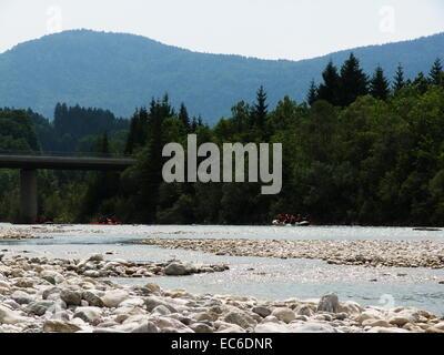Rafting sur la rivière Isar, près de Bad Tölz dans les Alpes bavaroises à Bad Tölz Banque D'Images