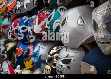 Les masques de Lucha Libre à la vente sur la 24e Rue, dans la mission de San Francisco, en Californie. Banque D'Images