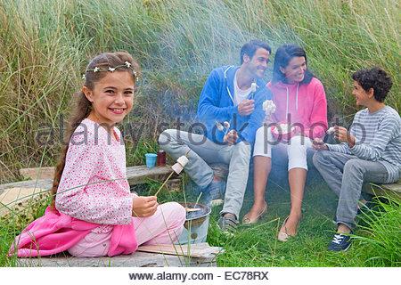 Guimauves au camping de torréfaction de la famille Banque D'Images