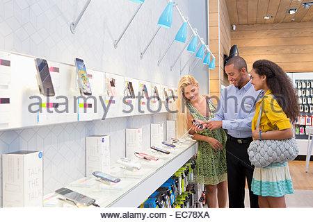 Store Manager aider deux femmes dans les clients phone store Banque D'Images