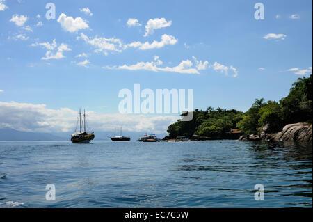 Le Brésil, l'État de Rio de Janeiro, Paraty, tourboats sur l'océan Banque D'Images