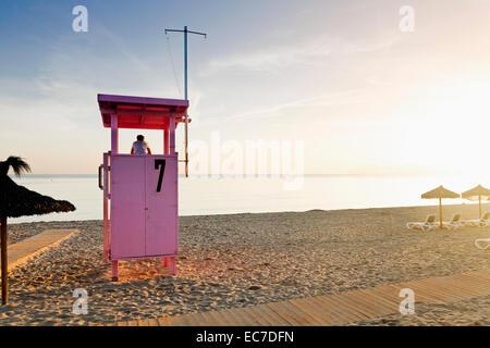 L'Espagne, Îles Baléares, Majorque, un adolescent debout sur un secours regardant la mer Banque D'Images