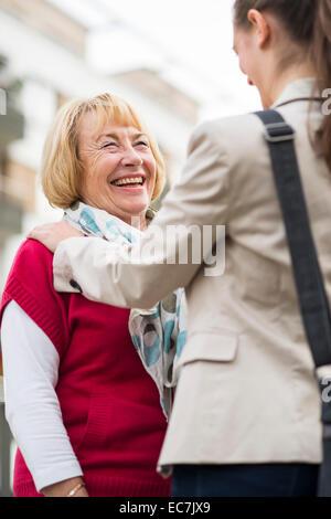 Portrait of laughing woman communique avec sa petite-fille Banque D'Images