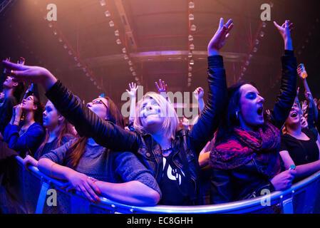Les fans de musique profiter de concerts live / festival avec les mains en l'air Banque D'Images