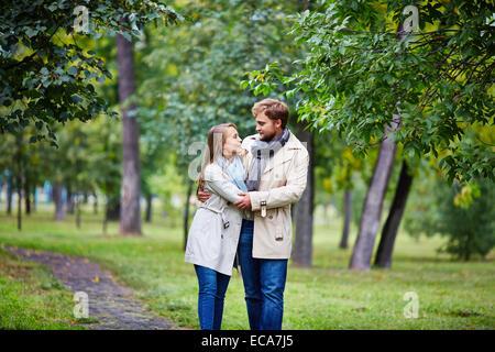Amoureux de l'homme et la femme consacrent en parc d'été Banque D'Images