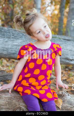 Une fillette de trois ans fait un drôle de visage pendant un temps d'automne en séance photo Kalispell, Montana. Banque D'Images