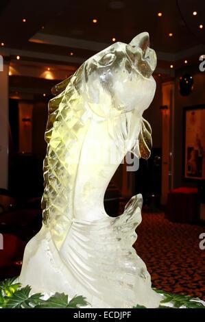 QUEEN MARY 2 - 1 mai: une sculpture de glace d'un poisson dans la salle de bal Le 1er mai 2006 sur le Queen Mary Banque D'Images