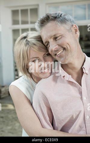 Couple hugging attrayante relaxant d'âge moyen Banque D'Images