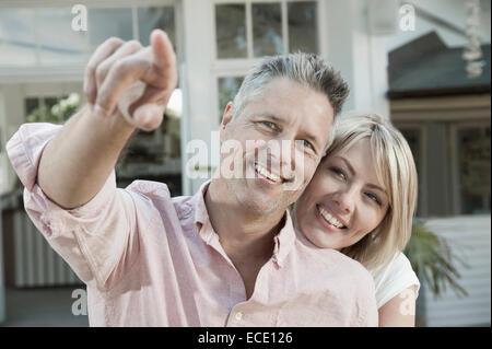 Homme Femme Âge moyen heureux aimant le jardin de pointage Banque D'Images