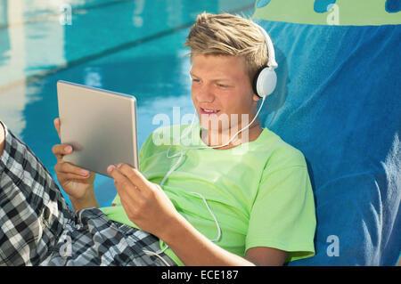 Jeune homme piscine tablet computer portrait Banque D'Images