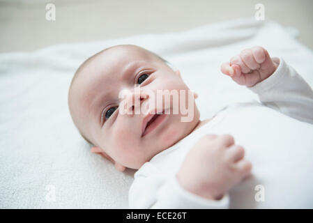 Baby boy playing on bed Banque D'Images