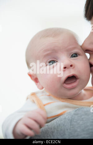 Mère tenant son fils, Close up Banque D'Images