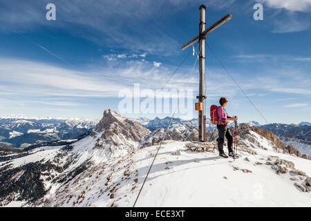 Mountaineer sur le sommet du mont Tullen, Val di Funes, Mt Peiterkofel à l'arrière, Dolomites, Funes, vallée Eisacktal Banque D'Images