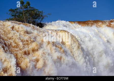 Le Brésil, l'eau Paraná: niveau record de Cataratas do Iguassu dans le Parc National d'Iguaçu à Foz do Iguassu Banque D'Images