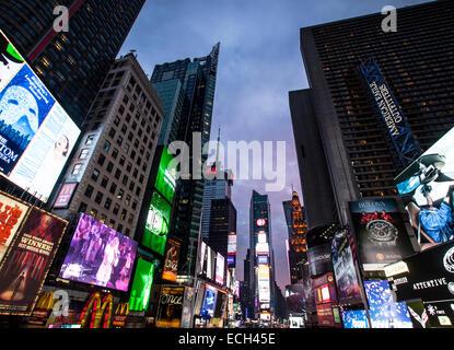 Enseignes lumineuses, publicité à Times Square, carrefour de Broadway et la Septième Avenue, Manhattan, New York, Banque D'Images