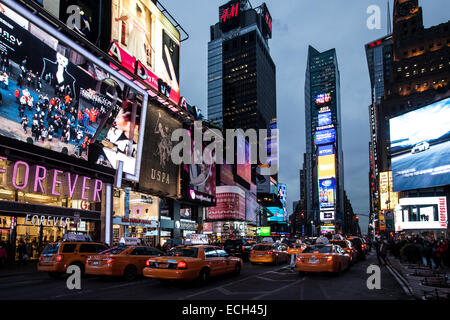 Les taxis jaunes à Times Square, carrefour de Broadway et la Septième Avenue, Manhattan, New York, United States Banque D'Images