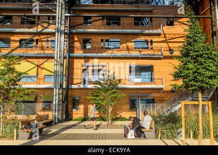 France, Paris, Halle Pajol, bâtiment à énergie positive, produit son électricité avec 3500 m2 de panneaux photovoltaïques Banque D'Images