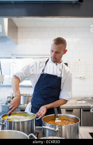 Chef cooking in restaurant kitchen Banque D'Images
