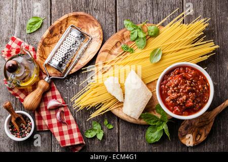 Ingrédients pour spaghetti bolognese gris sur fond de bois Banque D'Images