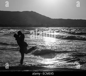 Jeune couple s'embrasser sur la plage, Corse, France Banque D'Images