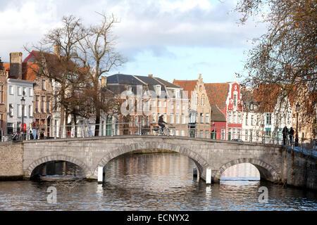 Un homme à vélo sur un pont sur le canal en hiver, Bruges, Belgique, Europe Banque D'Images