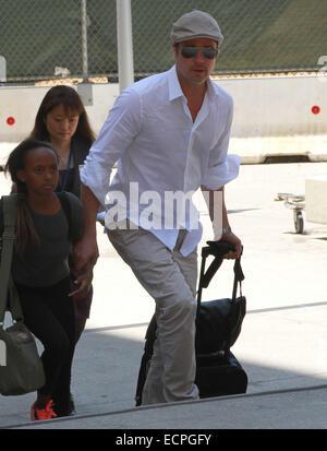 Brad Pitt et Angelina Jolie arrivent à l'Aéroport International de Los Angeles (LAX) avec deux de leurs enfants, Banque D'Images