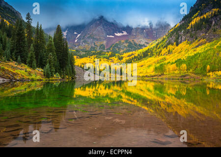 Les Maroon Bells sont deux pics dans la montagne, Pic Elk marron et marron du pic, séparés par environ un tiers Banque D'Images