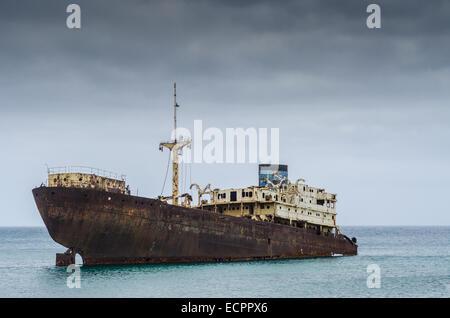Épave de navire dans l'océan avec des black sky Banque D'Images