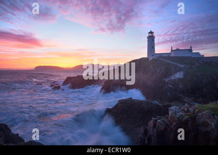 Aube sur Fanad Head Lighthouse, Fanad Head, comté de Donegal, Irlande. Banque D'Images