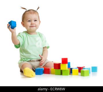 Bébé jouant avec des blocs colorés isolated on white Banque D'Images