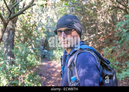 Caucasian Male hiker dans son 40s regardant la caméra dans la région près de Montsant Ulldemolins, Catalogne, Espagne Banque D'Images