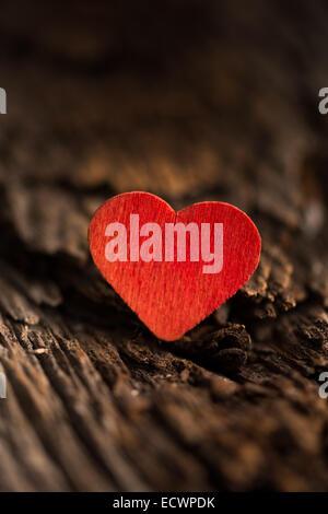 Coeur rouge en bois fixé sur bois rustique avec selective focus Banque D'Images
