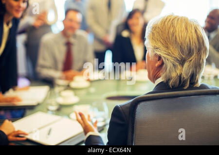 Vue arrière du businessman au cours de réunion d'affaires Banque D'Images