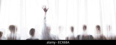 Silhouette de personnes derrière le rideau transparent, une personne passant part Banque D'Images