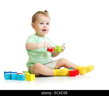 Bébé jouant avec des blocs de construction en bois isolé Banque D'Images