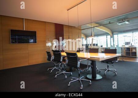 Table de conférence dans la salle de réunion du bureau vide Banque D'Images