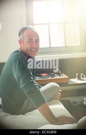 Plus à l'écoute de l'homme record player avec des écouteurs Banque D'Images