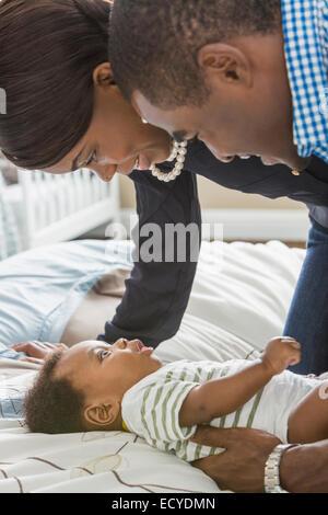Couple avec bébé fils on bed Banque D'Images