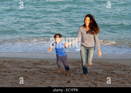 Caucasian mother and son playing on beach Banque D'Images