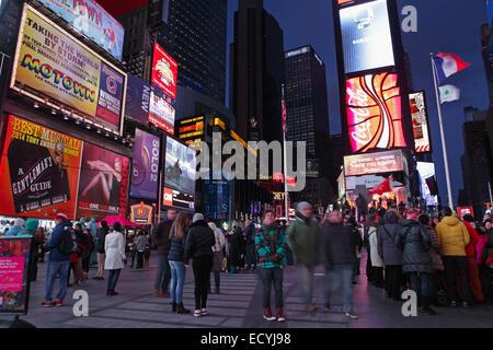 Les foules et les panneaux publicitaires de Times Square New York evening longue exposition de flou Banque D'Images