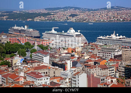 Les bateaux de croisière sur le Bosphore River et d'une vue sur la ville d'Istanbul, Turquie Banque D'Images